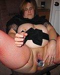 Perverse Rubensfrau steckt sich eine Red-Bull Dose in die fette Votze