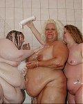 """Richtig fette weiber spielen nackt unter der Dusche miteinander und cremen sich ihre fetten Ã""""rsche und die Fetttittten ein"""