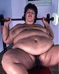 Bei der Körpermasse und der Menge an Fickfleisch hilft auch kein Fitnesstraining mehr. Sie ist und bleibt eine gierige fette Ficksau.