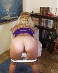 Reife Frau zeigt ihren noch adretten nackten Körper udn die Hausfrauenvotze