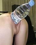 Wasserflasche im Arsch stecken macht dies reife Frau geil