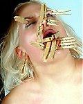 Sklavin mit vielen Klammern im Gesicht